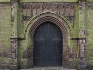 drzwi-kościoła-kamień_19-109857