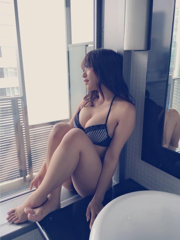 窓際でセクシーポーズの沖田彩華の水着画像♪
