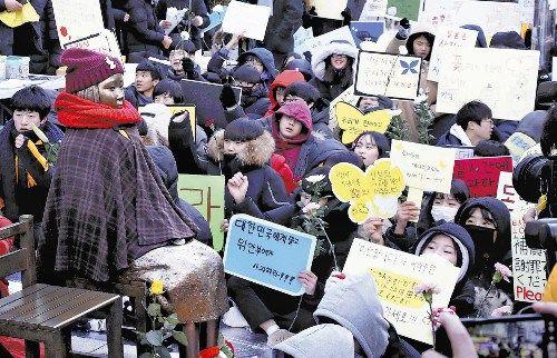 【慰安婦】「金ではなく謝罪を」 韓国の学生ら抗議