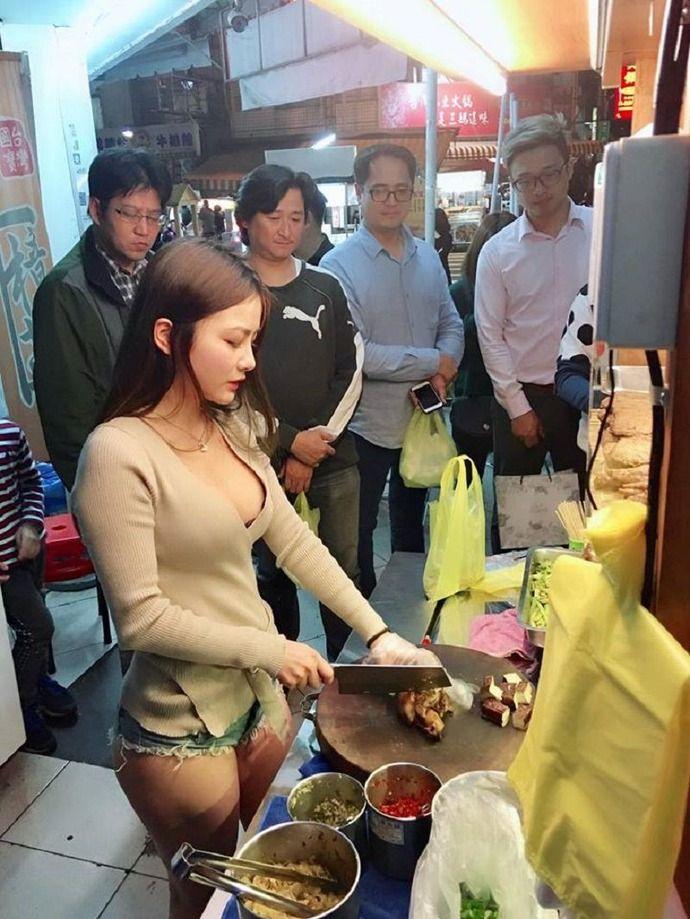 【画像】 肉屋のアルバイト女性店員がエロすぎて隠し撮りされる・・・(画像あり)