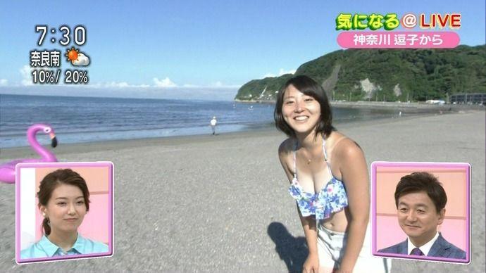 【画像】 海で生中継中の女子アナ、水着がズレ落ちるハプニングwwwwwww