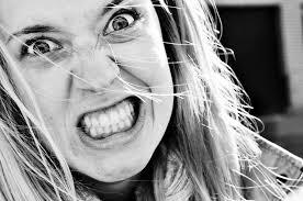 アラサー独身女性社員が「結婚なんか絶対しない」と言ってたから男を追い払ってやったのに、ガチ殴りされた。パワハラで訴えたら