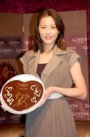 自身がデコレーションしたハート型チョコを持って微笑む瀬戸朝香