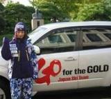 上村愛子は「Go for the GOLD」と書かれた車の前で健闘を誓う