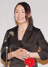 白馬村民栄誉賞を受賞しスピーチする上村愛子選手