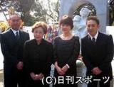 左から林家正蔵、海老名香葉子さん、泰葉、林家いっ平