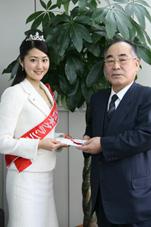 北郷勲夫会長に寄付が手渡されました
