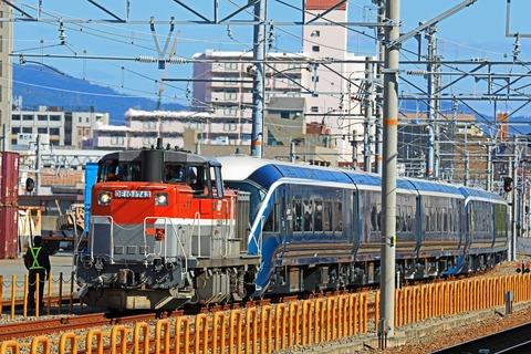 JR東日本 E261系 RS1+RS2編成の一部「サフィール踊り子」甲種輸送 JR貨物 DE10-1743号機 JR貨物更新色 牽引