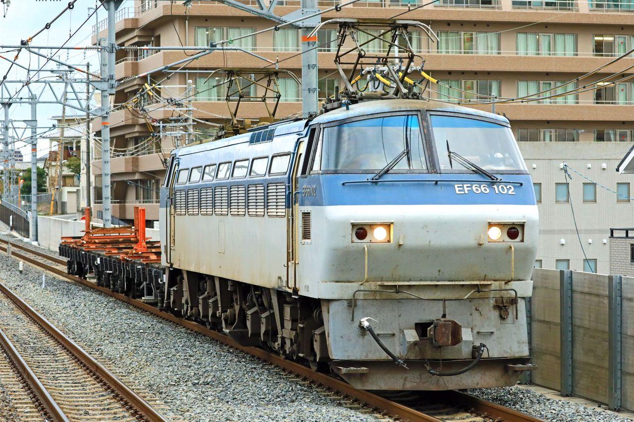 JR貨物 EF66-102号機+チキ2両