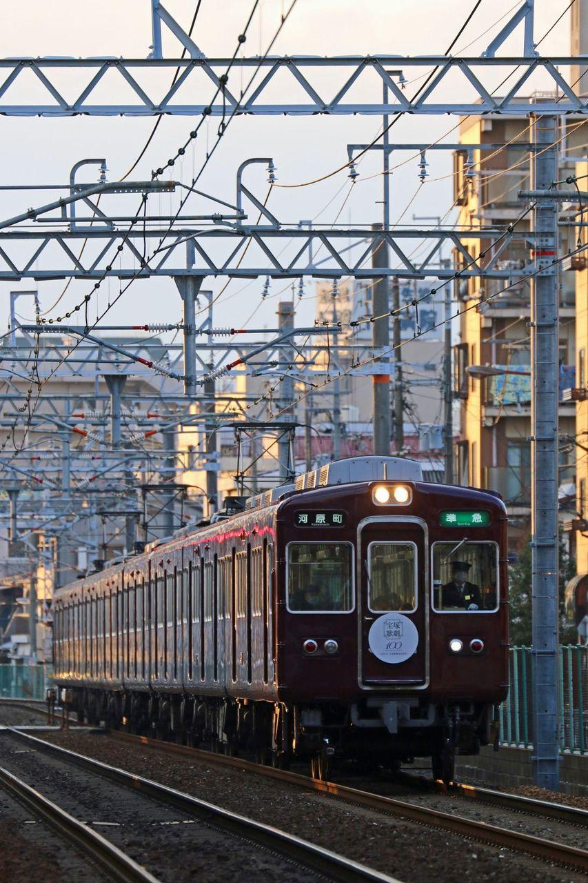 阪急電鉄 3300系3305F 「宝塚歌劇100周年記念」HM掲出編成