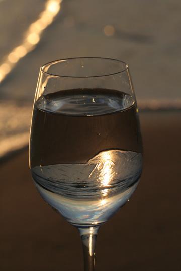 海とワイングラス