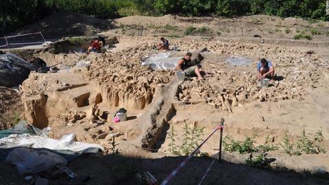 2.5万年前建造に使われた大量の骨ancient-finds-0316-middle