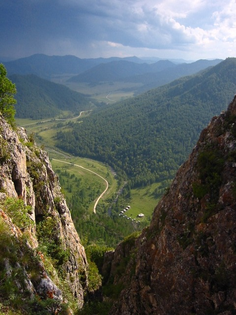 デニソワ洞窟遺跡の上から見下ろした、アルタイ山脈の渓谷120869