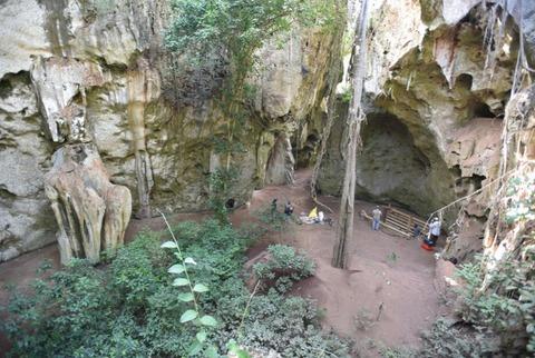 発掘中のパンガ・ヤ・サイディ洞窟遺跡