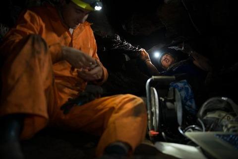 00レセディの窮屈な空間でホモ・ナレディの骨を発掘する