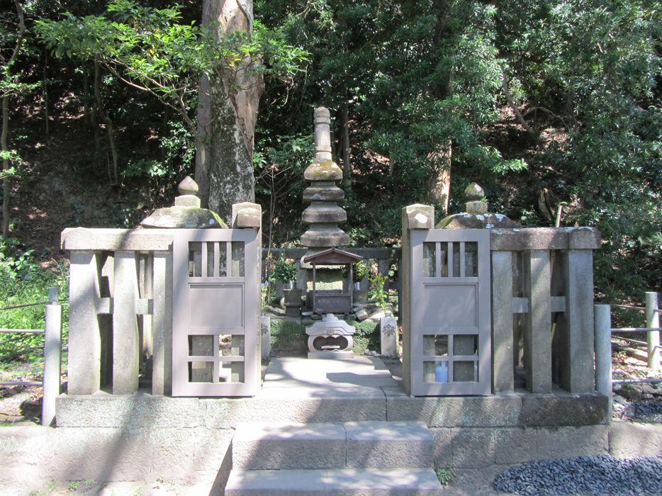 【源頼朝の墓】 今年2月壊されたお墓ですが、現在は修復されています。二度と同様な事件が起きないことを願います。このお墓は薩摩藩8代藩主・島津重豪(しげひで)が