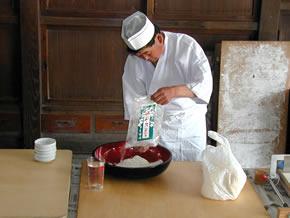 蕎麦粉を入れる