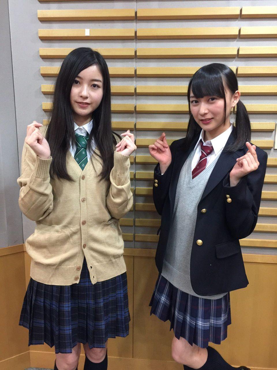 椎名もも 制服 アシスタント鈴木絢音ちゃん(制服)・ゲスト佐々木琴子ちゃん(なぜか制服)生登場中! 「JKっぽいポーズ」をお願いしたら、やってくれたポーズです。