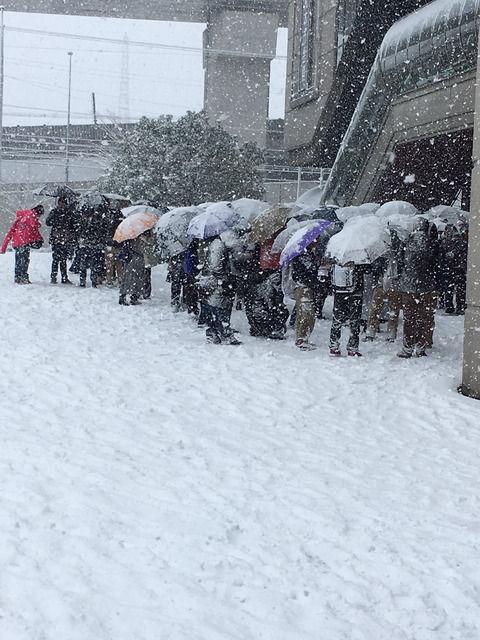 【乃木坂46】吹雪のなか握手会を待つ人々・・・京都パルスプラザ周辺が凄まじい事に!!【個握@京都パルスプラザ】