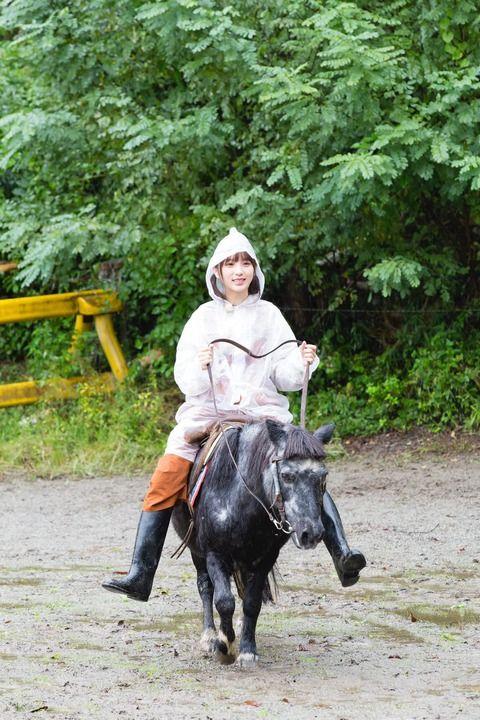 【乃木坂46】与田祐希 びちゃびちゃの中、馬にまたがり至福の表情・・・