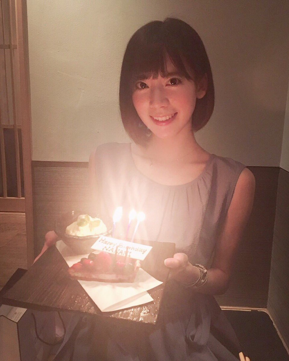 ケーキを手に持つ西川七海