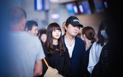 【乃木坂46】中国のファンが撮影した空港での齋藤飛鳥と今野義雄の2ショット写真がこちらwwwwww