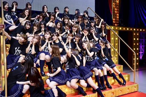 【乃木坂46】THE太もも祭りw 卒セレ後に集合写真カメラに群がるメンバーを別角度から見た構図wwwwwww