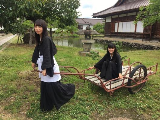 【乃木坂46】「与田祐希」が「大園桃子」を運ぶ!!可愛い2人をご覧ください!!