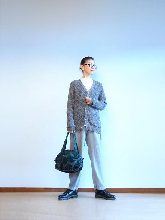 丸襟白シャツ&グレーサロペット&霜降りカーデ (1)