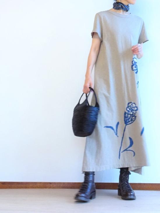 カーキベージュのカットソーワンピースとこげ茶のブーツ (2)