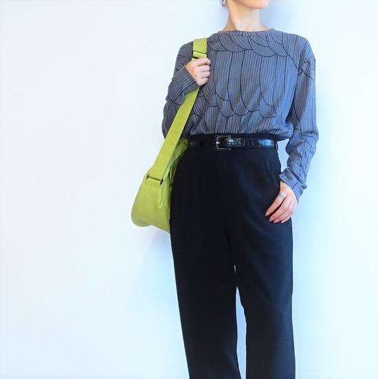 濃いグレーのカットソーと黒いパンツにピスタチオカラーのバッグ (2)