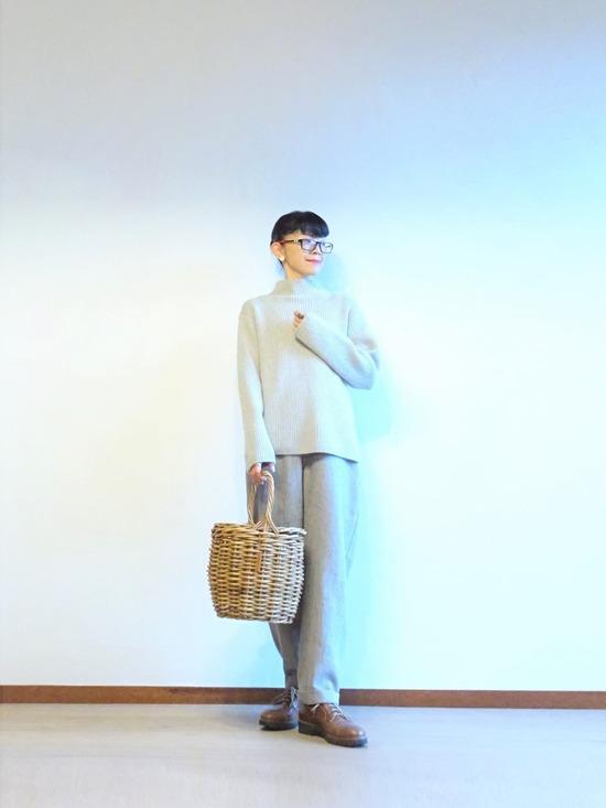 薄いグレーのニット&パンツと紺とグレーの花柄コート (5)