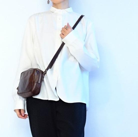 ミルク色のアンティークシャツと黒いテパードパンツ (6)