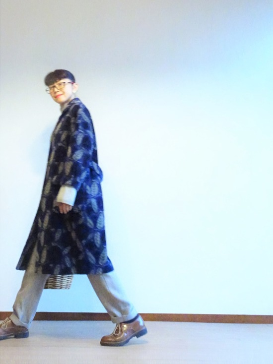 薄いグレーのニット&パンツと紺とグレーの花柄コート (6)