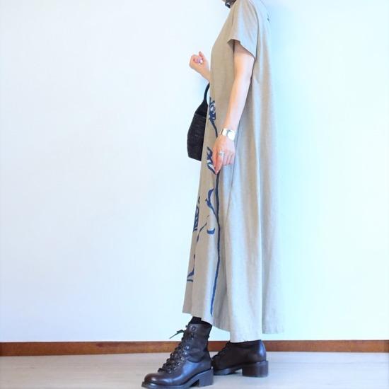 カーキベージュのカットソーワンピースとこげ茶のブーツ (4)