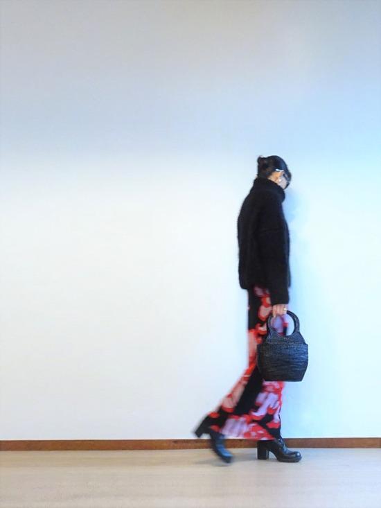 黒いモヘアタートル&ヴィヴィアンタム菊柄スカート (3)