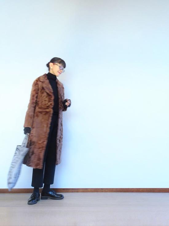 黒ハイネック&チャコールグレーパンツ&ラムファーコート (1)