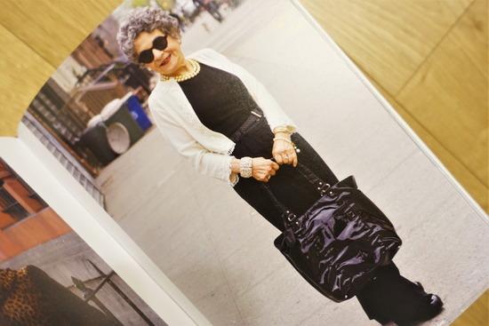 濃いグレーのカットソーと黒いパンツにピスタチオカラーのバッグ (5)