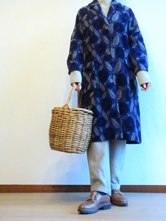 薄いグレーのニット&パンツと紺とグレーの花柄コート (2)