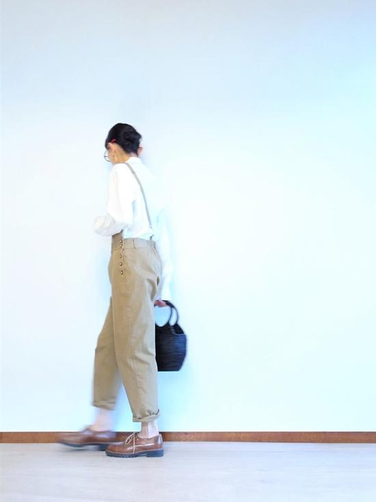 ミルク色のアンティークシャツ&カーキベージュのサロペット (5)