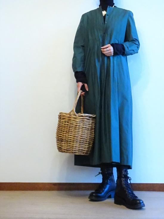 グリーンタックワンピース&黒タートルネック (2)