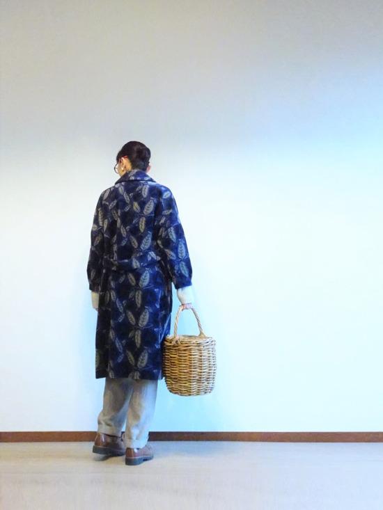 薄いグレーのニット&パンツと紺とグレーの花柄コート (1)