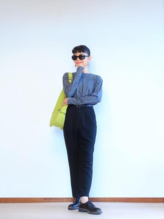 濃いグレーのカットソーと黒いパンツにピスタチオカラーのバッグ (1)