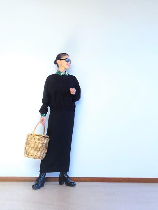 ヤマナミシャツと黒いトップス&ロングスカート (1)