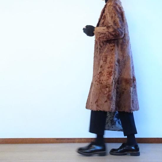 黒ハイネック&チャコールグレーパンツ&ラムファーコート (3)