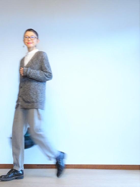 丸襟白シャツ&グレーサロペット&霜降りカーデ (5)