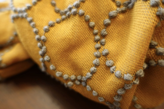 ミルク色のシャツ&チャコールグレーパンツ&グレーカーデ (4)