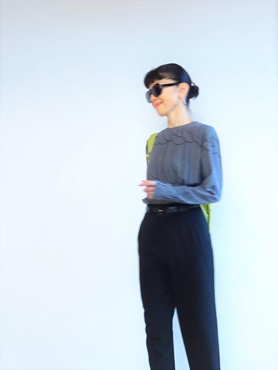 濃いグレーのカットソーと黒いパンツにピスタチオカラーのバッグ (6)