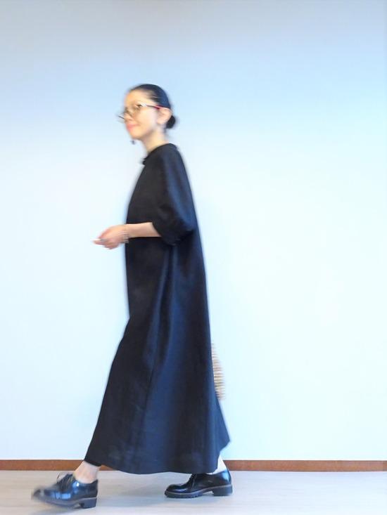 黒いリネンのワンピース (1)