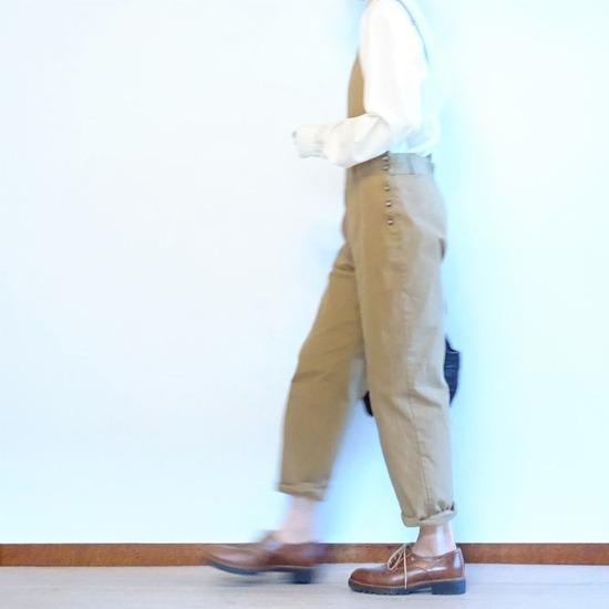 ミルク色のアンティークシャツ&カーキベージュのサロペット (2)